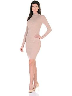 Фасон платья-футляр облегает и подчеркивает всю женственность фигуры.